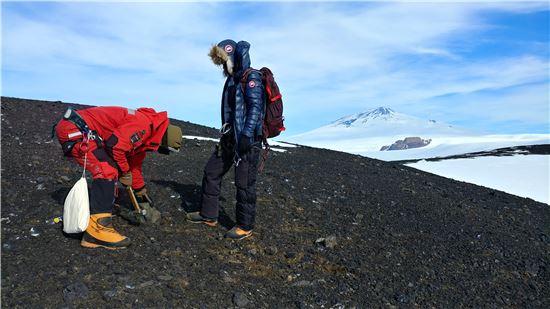▲이미정 연구팀(오른쪽)은 남극 화산을 연구하고 있다.