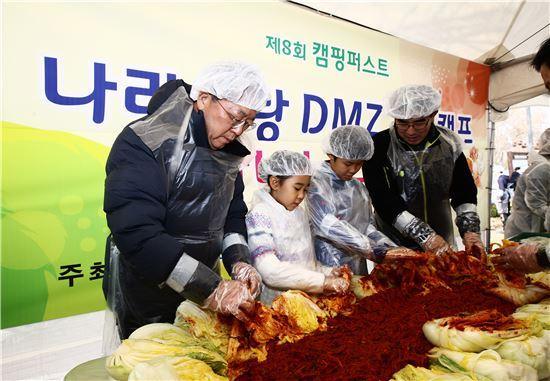 홍승표 경기관광공사 사장이 연천 한탄강 오토캠핑장에서 열린 김장나눔행사에 참석해 김장을 담그고 있다.