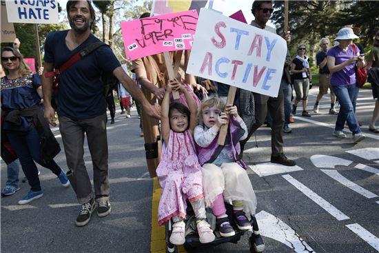 13일 샌프란시스코에서 열린 반 트럼프 시위에서 어린이들이 유모차를 타고 팻말을 들어보이고 있다. (사진=AP연합)