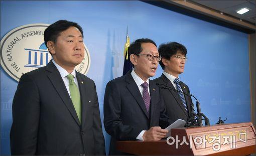 지난 14일 여야 3당 원내수석부대표들이 국회 정론관에서 특검 합의에 대해 설명하고 있다.