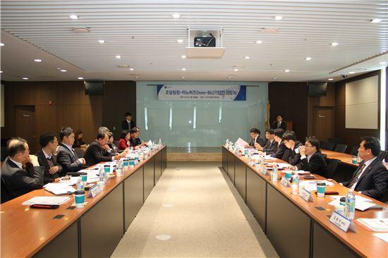기술혁신 중소기업 대표들이 정양호 조달청장 초청 간담회에서 다양한 건의사항들을 이야기하고 있다.