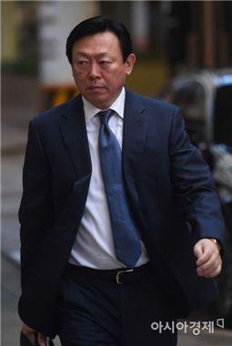 롯데그룹 총수 일가와 회사의 경영비리에 대한 첫 재판이 열리는 15일, 신동빈 롯데그룹 회장이 서울 중구 소공동 사무실로 출근하고 있다.