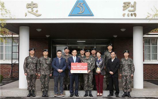 지난 14일 부산 해운대구 육군 제53보병사단에서 박종우 롯데리아 경원지원부문 상무(가운데 좌측)와 장달수 제53보병사단 소장(가운데 우측) 및 관계자들이 햄버거 후원식 이후 기념촬영을 하고 있다.