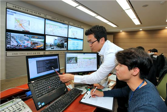 현대차는 서울시와 '차량 IT 및 교통인프라 관련 MOU'를 체결하고 서울시가 제공하는 교통정보를 기반으로 해 차량연비개선 연구를 실시한다고 16일 밝혔다. 사진은 현대기아차 의왕연구소 교통정보 관제센터에서 현대기아차 연구원들이 데이터를 분석하는 모습