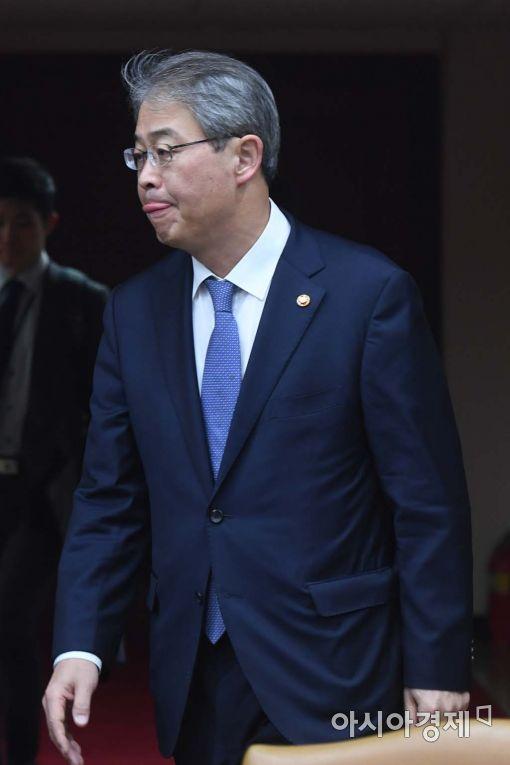 [포토]경제관계장관회의 참석하는 임종룡 위원장