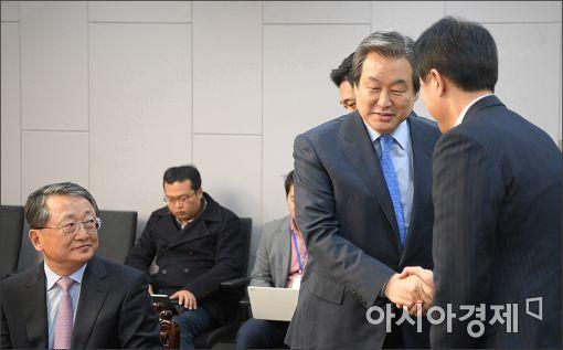 [포토]악수 나누는 김무성·오세훈
