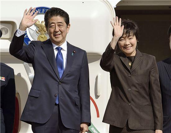 ▲아베 신조 일본 총리(왼쪽)가 부인 아키에 여사와 함께 17일 하네다 공항에서 뉴욕행 비행기에 올라타고 있다. (AP=연합뉴스)