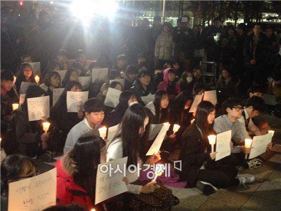 지난달 17일 수능을 마친 고3 학생들이 오후 7시부터 종로구 보신각 앞에서 최순실 게이트를 규탄하고 박근혜 대통령 퇴진을 촉구하는 촛불집회를 열었다.