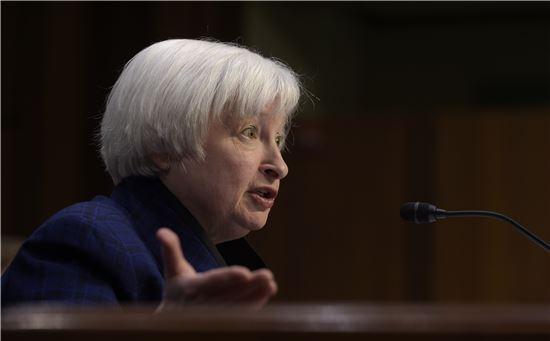 재닛 옐런 미국 연방준비제도(Fed) 의장이 17일(현지시간) 의회에 출석해 금리 인상, 중앙은행 독립의 중요성 등에 대해 발언했다. 워싱턴DC(미국)=AP연합