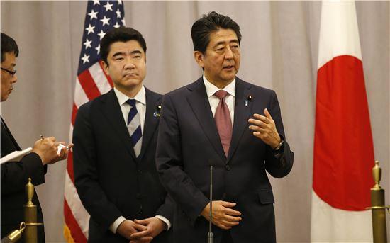 ▲도널드 트럼프 미국 대통령 당선인과의 회담 후 기자회견을 하고 있는 아베 신조 일본 총리. (AP=연합뉴스)