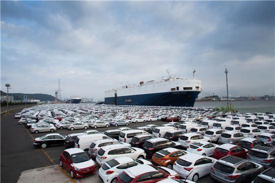 현대자동차 울산공장 인근 수출 선적장에 수출차량이 수출선에 오르기 전 대기하고 있다.