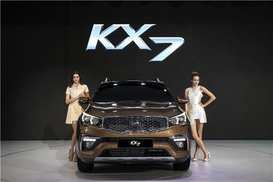 기아차는 18일 중국 광저우의 수출입상품교역회전시관에서 개막한 '2016 광저우모터쇼'에서 고급 중형SUV KX7을 최초로 공개했다. 내년 초에 본격 출시되는 KX7은 중국 현지에서 생산되는 중국 전략형 모델로 다양한 주행지원 기능을 갖추는 등 첨단 기술력이 집약된 고급 중형 SUV다.
