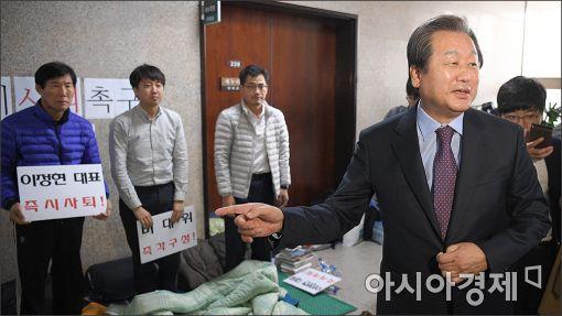 [포토]이정현 사퇴 단식농성장 방문한 김무성