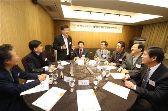 G생활건강이 18일 서울 중구 태평로 코리아나호텔 다이아몬드홀에서 협력회사 대표 등 150여명이 참석한 가운데'협력회사 최고경영자 아카데미'를 개최했다.