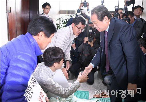 [포토]김무성, 이정현 대표 사퇴촉구 단식농성장 방문