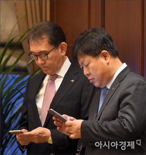 [포토]최순실 게이트 뉴스 확인중(?)