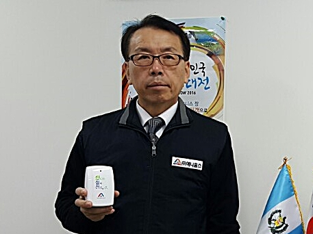 전기절감장치 '애니홈 세이버'를 들어보이는 김관수 애니홈스 대표. 사진제공=애니홈스