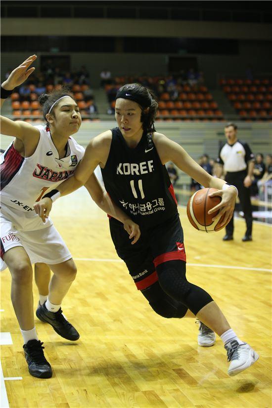 박지수가 지난 15일 일본과의 18세 이하(U-18) 아시아여자농구선수권대회 조별리그 경기에서 돌파를 시도하고 있다.  [사진 제공= 대한농구협회]