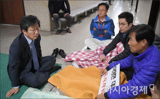 [포토]유승민, 이정현 대표 사퇴촉구 단식 농성장 방문