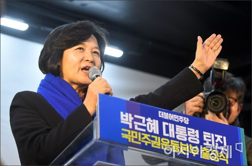 """박사모, 맞불집회 """"대통령 지킨다…강제하야 절대반대"""""""