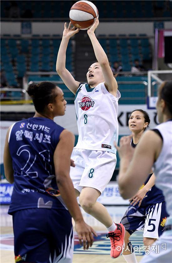 [포토]점프슛 시도하는 김지영