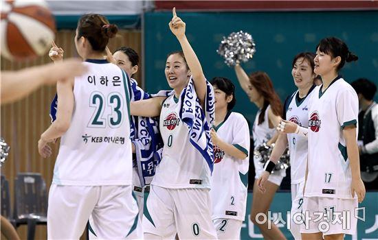 [포토]하나은행 박언주, '짜릿한 시즌 첫 승이야!'