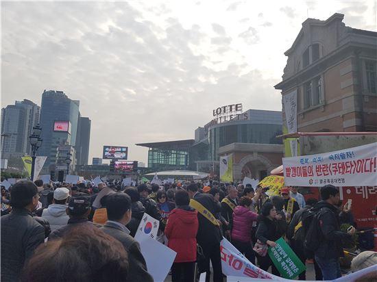 박사모 회원들이 19일 오후 서울역광장에서 박근혜 대통령 퇴진을 요구하는 촛불집회에 맞서는 맞불집회를 시작했다.