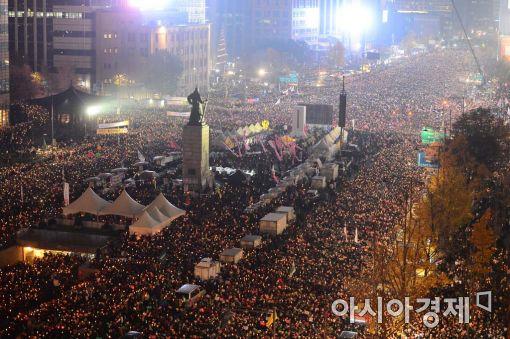 19일 서울 광화문광장에서 열린 4차 범국민대회에 참석한 시민들이 박근혜 대통령의 하야를 촉구하고 있다.