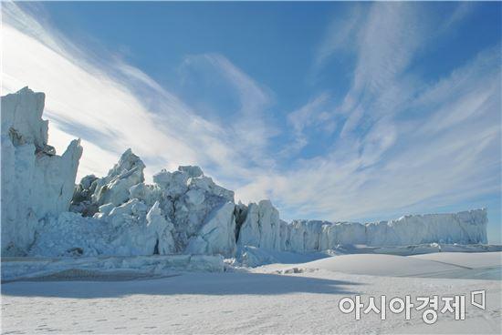 ▲오랜 시간 동안 남극의 한 곳에 버티고 서 있는 빙설.
