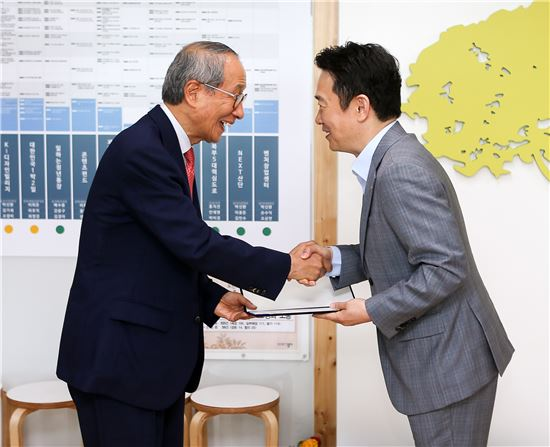 남경필 경기지사(오른쪽)가 윤여준 전 환경부장관에게 지무크 추진단장 임명장을 준 뒤 악수하고 있다.