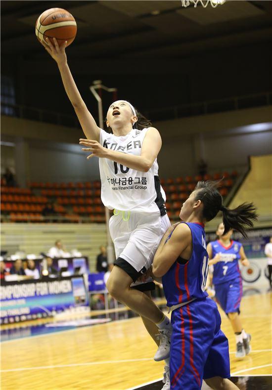 이주연(인성여고)이 20일 태국 방콕에서 열린 2016 국제농구연맹(FIBA) U-18 아시아 여자선수권대회 마지막날 대만과 3∼4위전에서 돌파를 시도하고 있다. [사진= 대한농구협회 제공]