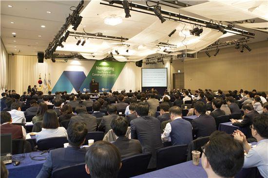 현대건설이 지난 18일 서울 양재동 더케이호텔에서 연 '2016 현대건설 기술컨퍼런스'에서 참석자들이 강연을 듣고 있다.(제공: 현대건설)
