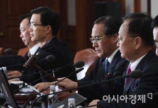 유일호 경제부총리 겸 기획재정부 장관이 22일 국무회의를 진행하고 있다.