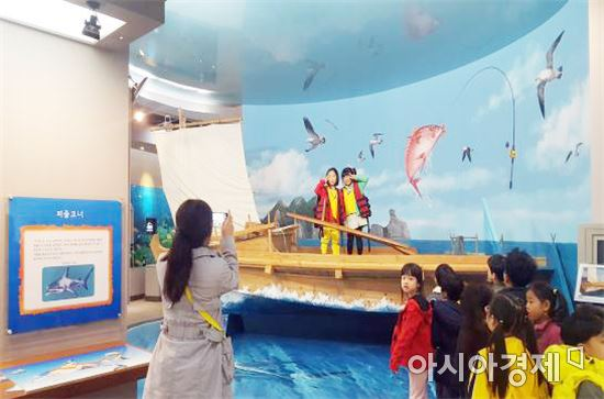 어촌민속전시관을 찾은 어린이들 트릭아트에서 기념촬영을 하고 있다.