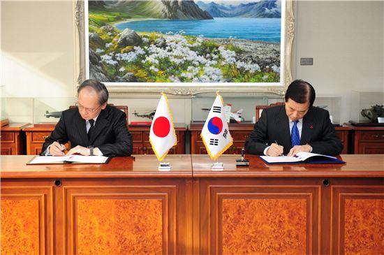 한국과 일본 양국은 지난 23일 군사비밀정보보호협정(GSOMIA)을 체결했다.한민구 국방부 장관(사진 오른쪽)과 나가미네 야스마사(長嶺安政) 주한 일본대사가 협정에 서명하고 있다(사진=아시아경제DB)