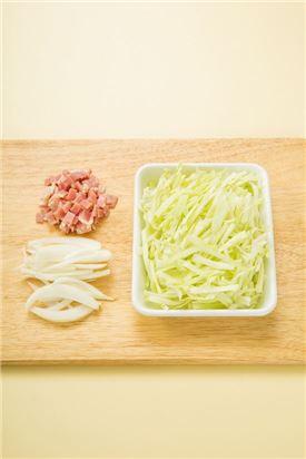 1. 양배추는 0.7cm 두께로 자르고 양파는 0.5cm 두께로 썰고 베이컨은 다진다.