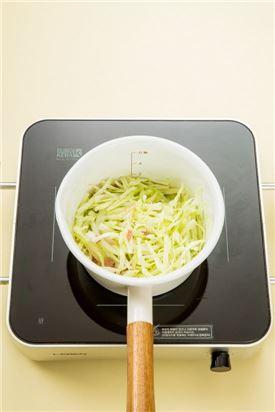 3. 양파가 투명해지면 양배추를 넣어 숨이 죽을 때까지 볶아 양배추가 물러지면 나머지 모든 재료를 넣고 끓인다.