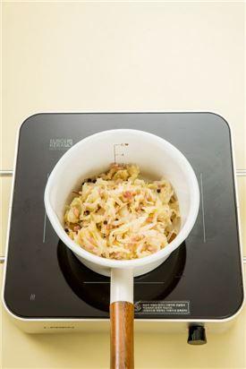 4. 중간 불로 20분 정도 끓여 다른 그릇에 옮겨 담아 재빨리 식힌다. (냉장고 보관)