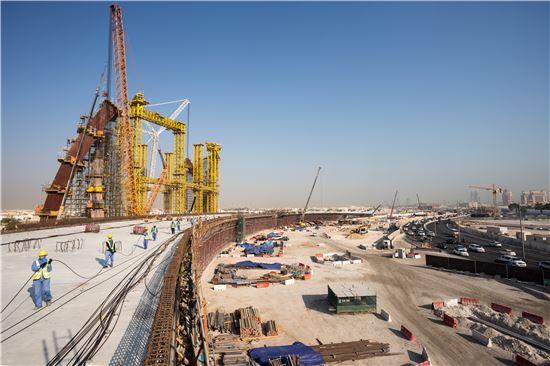 현대건설이 시공하는 카타르의 루사일 고속도로는 지난 2012년 굴지의 경쟁사들을 제치고 따냈다. 신도시 루사일에서 도하의 알 와다(Al Wahda) 인터체인지까지 약 6㎞에 이르는 도로를 내는 사업인데, 1조원의 공사비가 들어갈 정도로 규모가 크다. 현대건설의 오랜 토목사업 노하우가 이식되는 현장으로 손색이 없는 셈이다. 지난 14일 각종 건설기계가 가동면서 기술자들이 누비고 있는 현장의 모습.