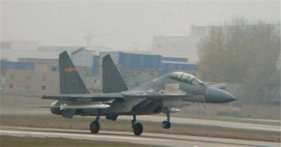 중국의 최신 초장거리 공대공 미사일(하얀색)을 탑재하고 이륙하는 J-16 전투기