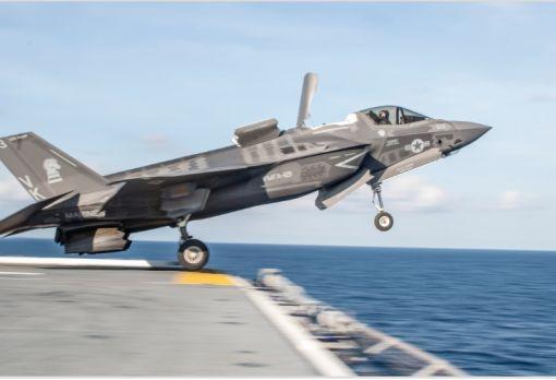 강습상륙함을 이륙하는 미해병대 F-35B 스텔스 전투기
