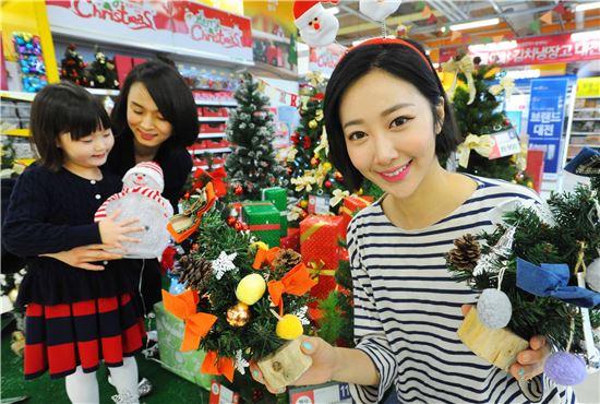 25일 홈플러스강서점에서 모델이 다양한 크리스마스 용품을 선보이고 있다.
