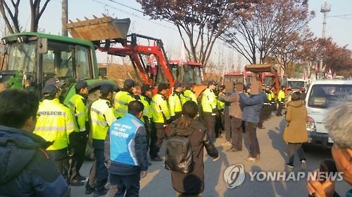 경찰과 대치 중인 '전봉준 투쟁단' 트랙터. 사진=연합뉴스 제공