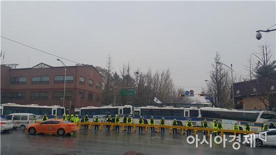 ▲ 26일 오후 2시께 청운효자동 주민센터 앞에 운집한 경찰병력이 차벽을 세우고 있다.