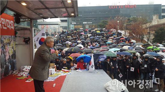 ▲ '새로운 한국을 위한 국민운동(이하 국민운동)'은 26일 오후3시께 서울역 광장에서 '제3차 대통령 하야반대 및 안보지키기 국민대회'를 열었다. 이날 집회에는 오후 4시 현재 경찰 추산 1000여명이 참가했다.