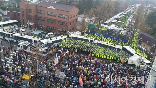 ▲ 법원이 행진을 허용함에 따라 시민들의 행진이 청와대 인근까지 이어졌다. 4시 기준 20만명이 모인 것으로 추산된다.