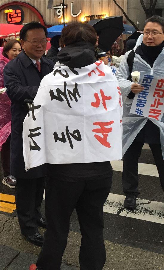 ▲박근혜 정권 퇴진 집회가 열리고 있는 대구 중앙로 반월당네거리를 찾은 김부겸 더불어민주당 의원. 한 시민과 이야기를 나누고 있다.