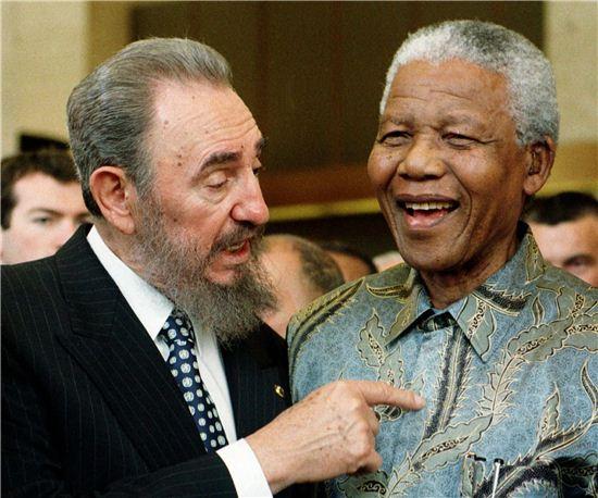 1998년 5월 19일 쿠바의 피델 카스트로 당시 쿠바 국가평의회 의장과 넬슨 만델라 남아프리카 공화국 대통령이 스위스 제네바 소재 WTO 본부에서 열린 GATT협정 50주년 기념식에서 만나 대화하고 있다.  (사진=EPA연합)