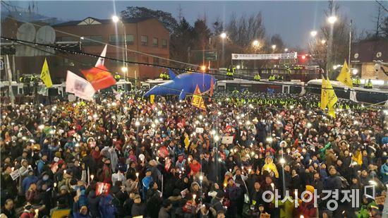 ▲ 26일 '박근혜 퇴진 5차 범국민행동'에 참여한 시민들이 청운효자동 일대에 운집했다. 이날 집회에는 200만명이 모일 것으로 예상된다.