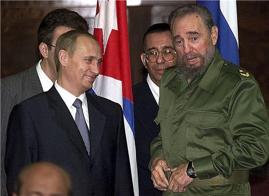 ▲블라디미르 푸틴 러시아 대통령(왼쪽) 과 대화하는 피델 카스트로 전 쿠바 국가평의회 의장. (AP=연합뉴스)